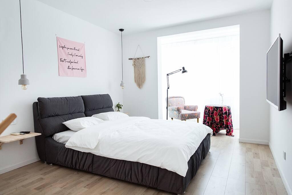 雪白的纯棉床品,舒适的吉斯床垫,柔和的灯光,这是你在威海的家。