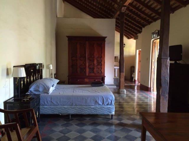 *Casa Calvario*: MASTER BR w/ kitchen access. - León - House