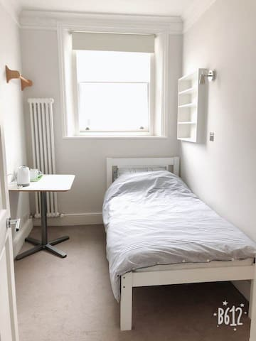 Simple And Cozy Single Room in Central London