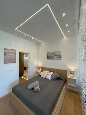 habitacion semi dividida con cama matrimonial