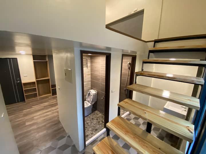 全新完工,短租 月租~樓中樓格局,樓下客廳,適合2~6人~附陽台,洗衣機,冰箱,飲水機,網路第四台