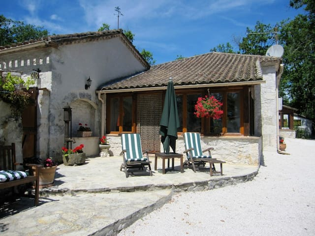 Beautifully renovated farmhouse with stunning view - Montaigu-de-Quercy - House