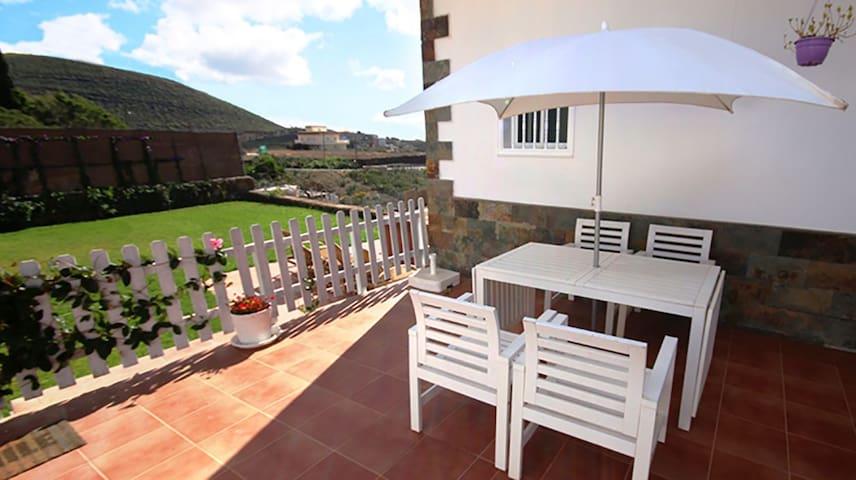 También dispone de otra mesa comedor en la terraza exterior.