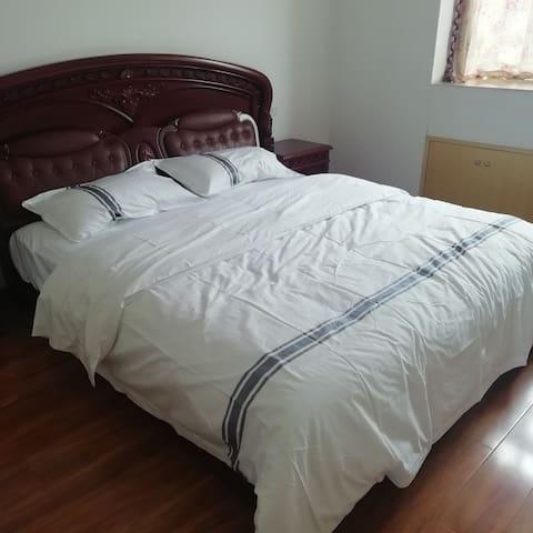 此房属于复式楼,客人可选一层用,一层两个房间,一个卫生间。