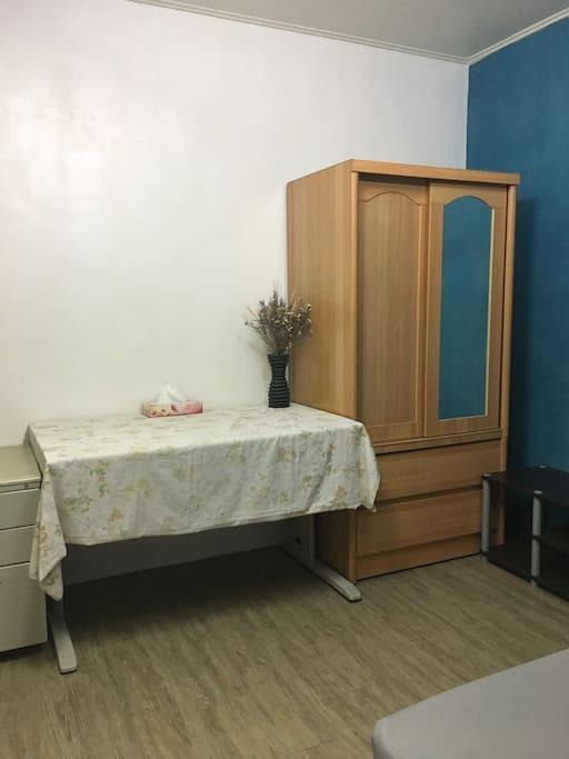 房間衣櫥與書桌