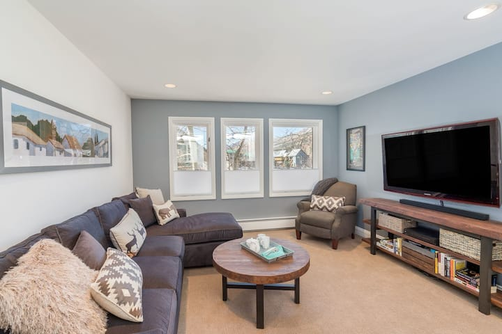 Ski in/Ski out 2nd Floor Sweetly Updated Condo