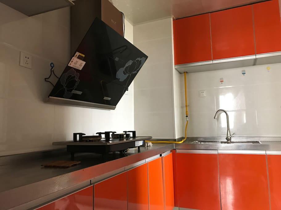 这是厨房,可以随意使用但是用具和材料什么的就自己解决啦,有偿提供煮饭服务!