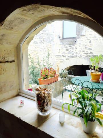 Jolie maison de village provençale en pierre - Saint-Restitut