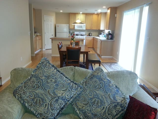 Beautiful home with comfortable bed. - Sammamish
