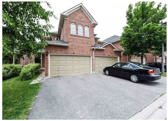 Quiet Townhome in PRIME Erin Mills Area