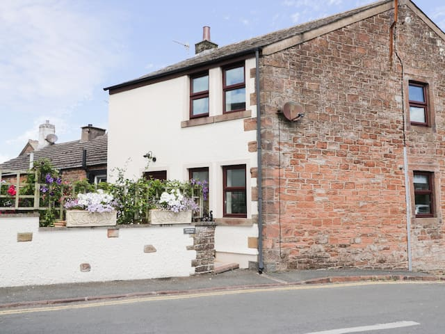CROSS HILL COTTAGE, family friendly in St Bees, Ref 962413