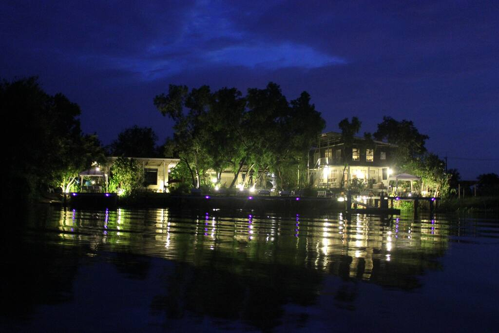 Taken from a boat in the middle of the river, this photo shows you the beauty and unbeatably relaxed atmosphere of the residence in the evening.
