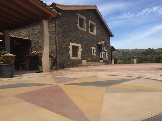 A casa é rodeada por terraços com jardins, árvores de fruto, fontes e lagoas.