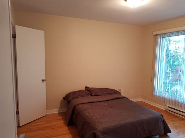 Room 2 in spacious Dorval apartment