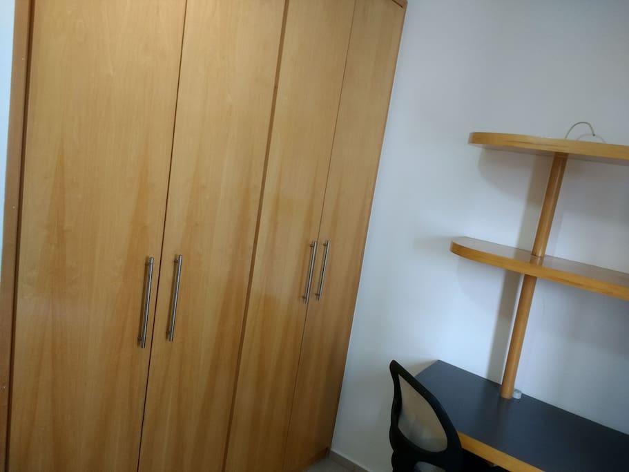 Quarto com amplo armário