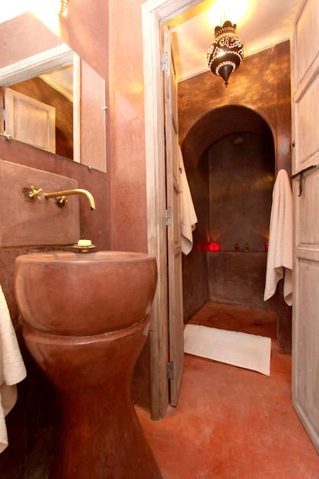 Tadelakt bathroom with shower in 1001 Nights room