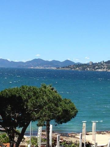 Juan-les-Pins studio, sea view!