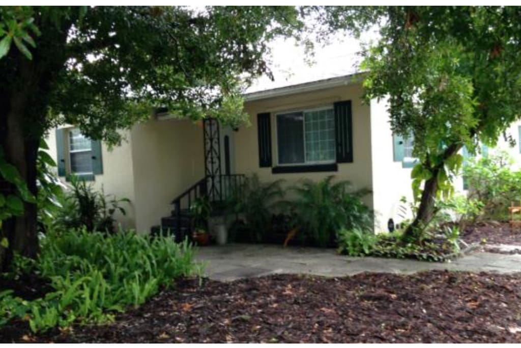 Close 2 everything quiet bedroom with pvt bath houses for Bath house florida