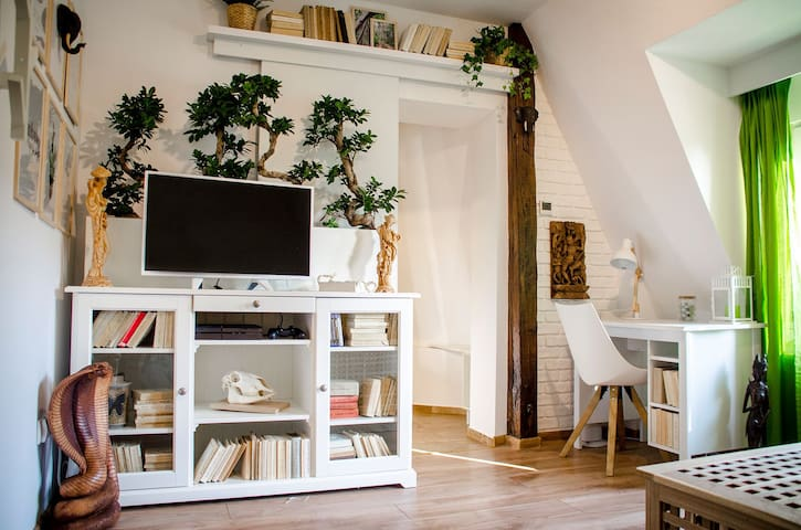 """COZY APARTMENT NEAR OLD SQUARE - """"TREE HOUSE"""""""