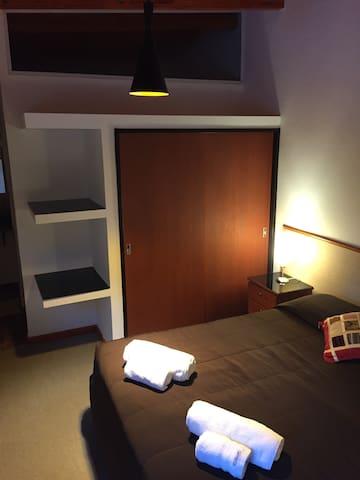 Habitación con cama de 2 plazas matrimonial, tv, aire acondicionado y ropa de cama completa