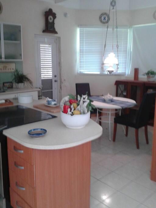 Comoda cocina, con isla,  area de comer y amplio vental