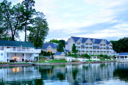 BoatHouse Villa at Bay Pointe Inn - Shelbyville