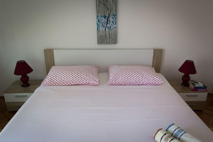 Room in Mali Lošinj - great view, nice hosts - Mali Lošinj - Casa