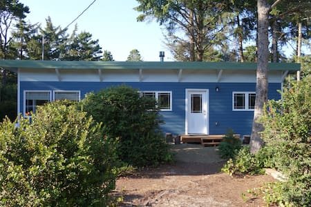 Beautifully Renovated Beach Cottage - Cloverdale