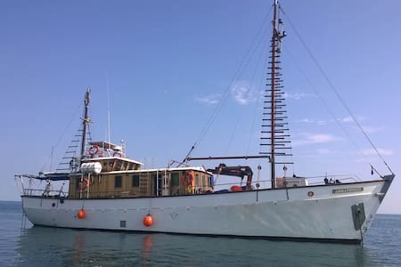 Beautiful wooden motor yacht - Angra Pequena - Durban
