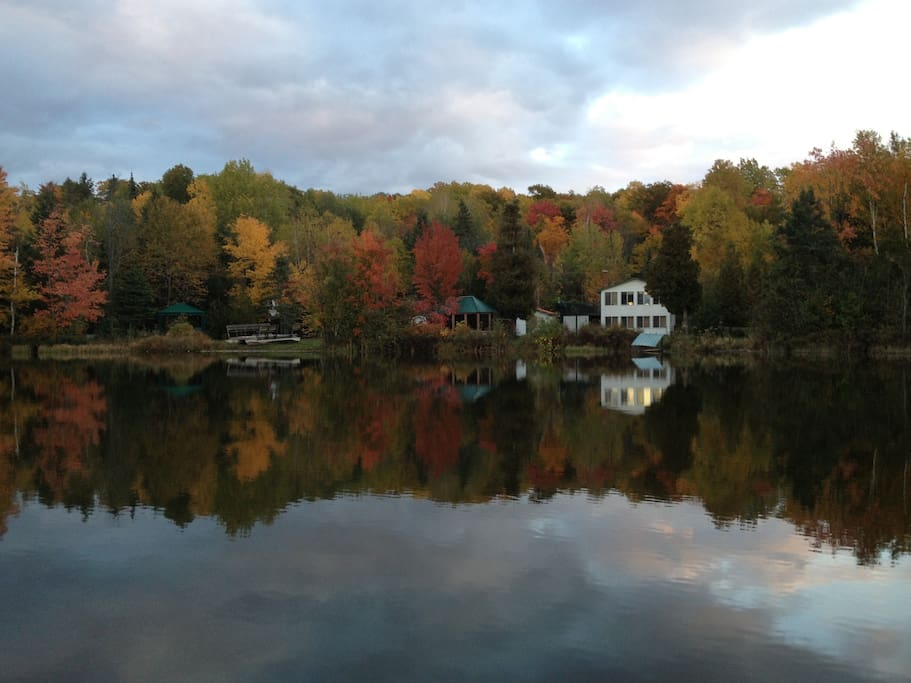 Fall view of cottage from the lake./ Vue du lac en automne.