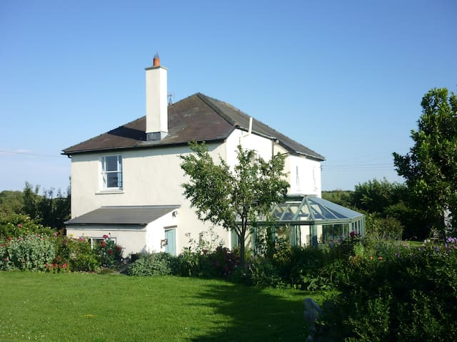 Farmhouse room near cardiff airport - Barry