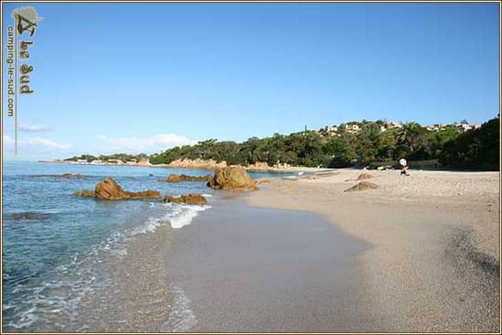 VILLA 12 à 14 P. pieds dans l'eau sur plage sable