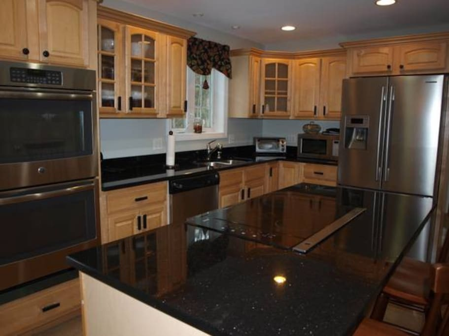 KITCHEN WITH ISLAND, GRANITE, STAINLESS APPLIANCES