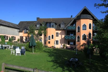 """Ferienhof Frietzenberg Wohnung  """"F"""" - Mützenich, Eifel , Nähe Prüm - Apartmen"""