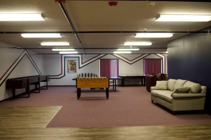 Warehouse Loft / 2800 Sq Ft. Game Room Sleeps 15