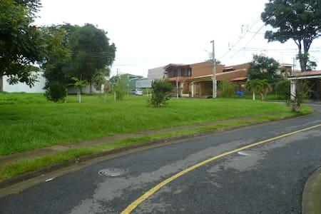 Casa cerca del aeropuerto - Hus