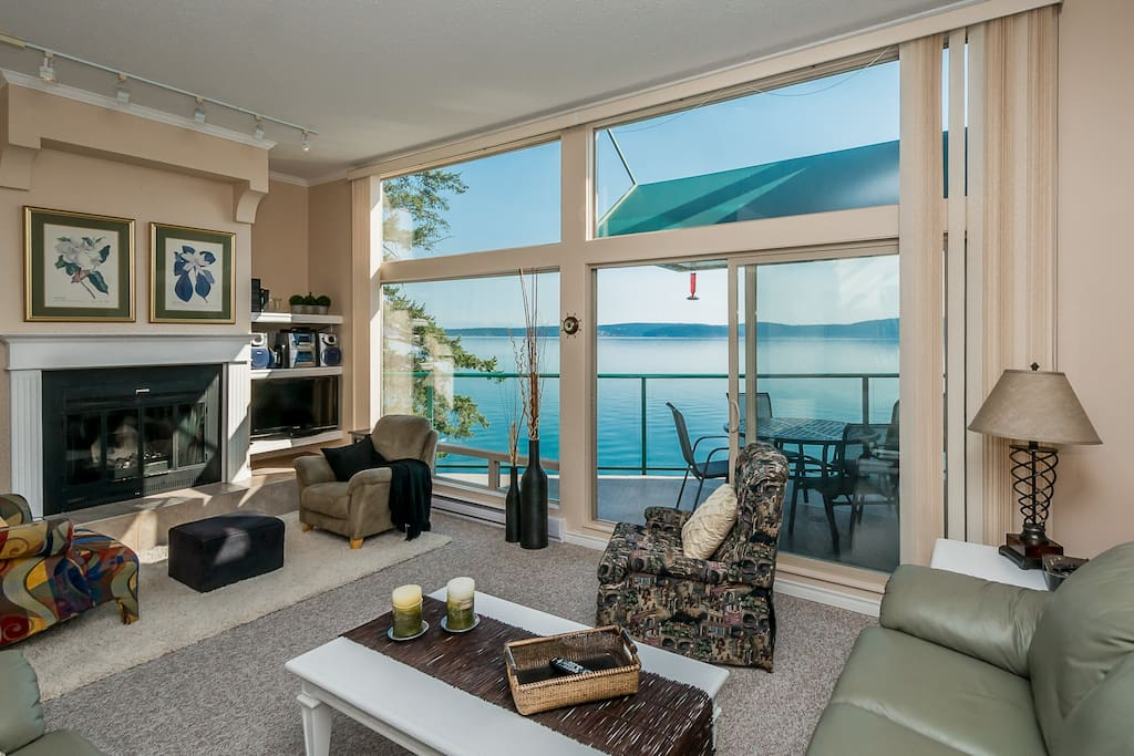 Bright and spacious living room with space for your whole party to comfortably enjoy plus great views
