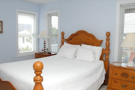 Lighthouse Room at the Sandbar B&B - nags head - Bed & Breakfast