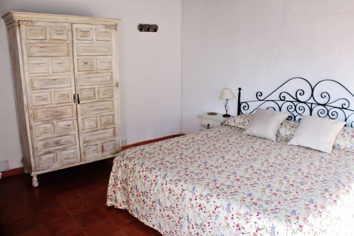 Habitación pisp superior con cama 180