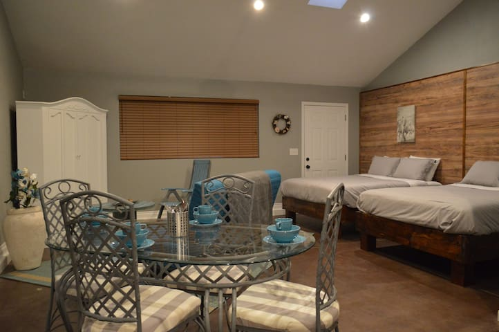 BRAND NEW SLEEPS 6-close to Disney & beaches