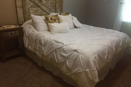 Spacious room close to the airport! - Kansas City - Casa