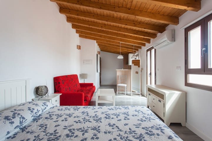 Romantic loft 200 meters from the beach with a / c