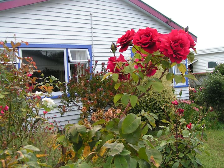 Quiet, sunny cottage and garden