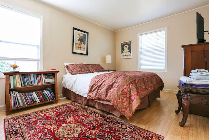 Cozy bedroom & bath - seaside house