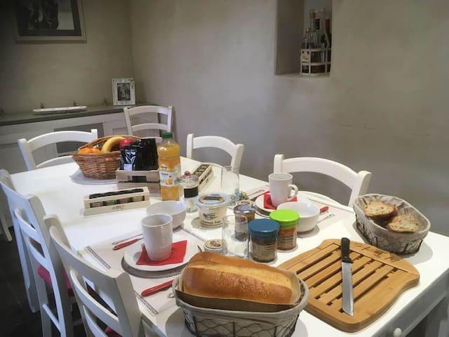 Le petit déjeuner avec les délicieuses spécialités de Normandie : caramel d'Isigny, beurre et fromage frais d'Isigny, brioche à la crème d'Isigny...