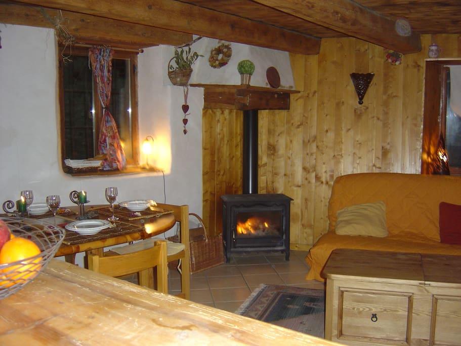 salon , coin repas et feu de bois