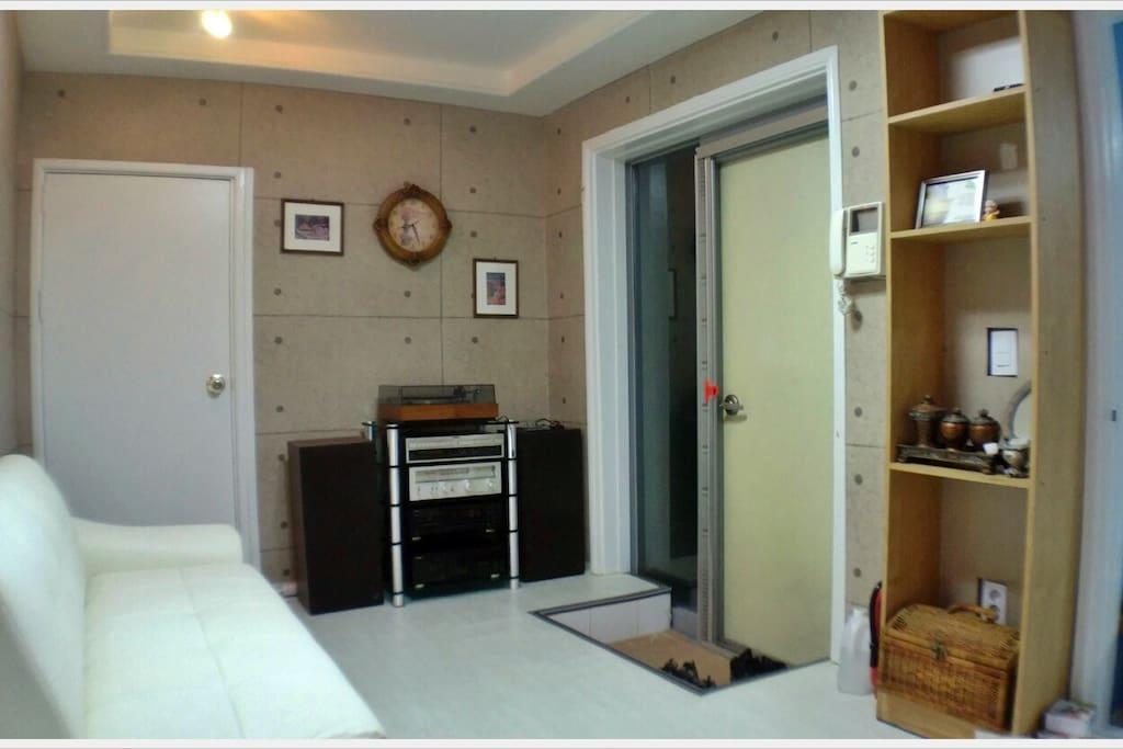 베르디 게스트하우스 거실입니다. 새롭게 인테리어한 깨끗한 실내와 편안한 소파와 빈티지 오디오를 사용하실수 있습니다.