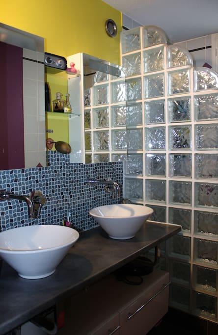 Double vasque et douche italienne de 150cm x 100cm