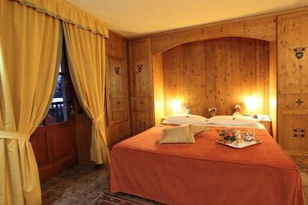 camera matrimoniale - NO FUMO - Gressoney-Saint-Jean - Bed & Breakfast