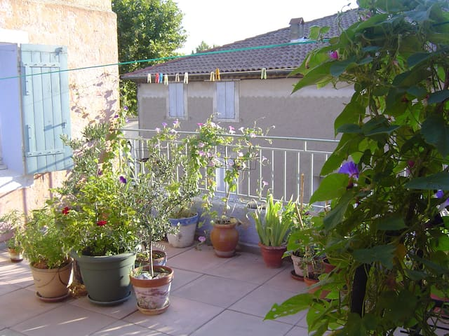 Grande chambre -maison coeur de village- Provence - Saint-Saturnin-lès-Avignon - Adosado